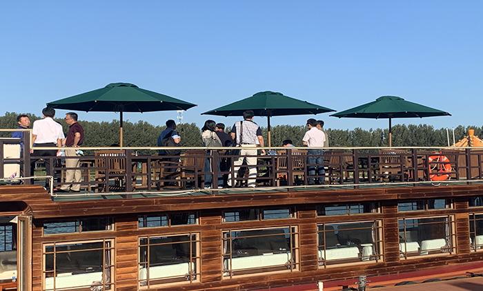 通州运河公园内观光船上可以用的遮阳伞